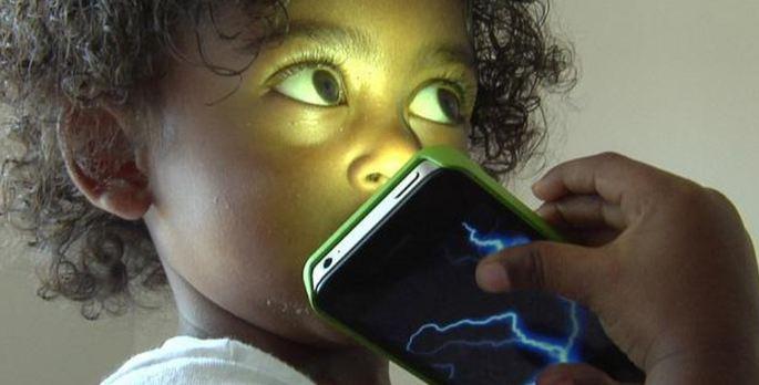 Teo não, châm phát triển khi cho trẻ xem điện thoại