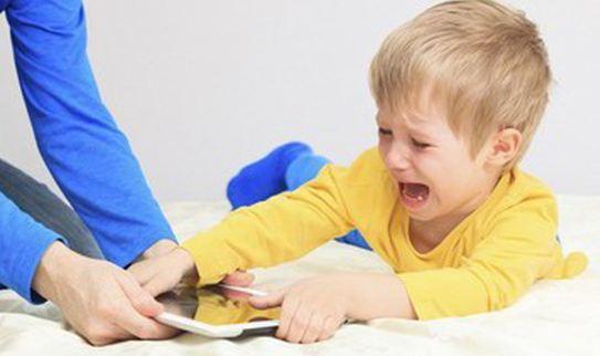 Trẻ biếng ăn khi cho trẻ xem điện thoại quá nhiều