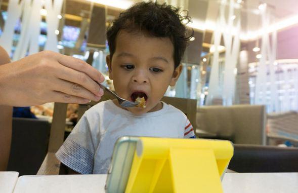 cho trẻ xem điện thoại khi ăn có tốt không